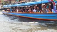 Wisatawan diajak berhenti di tengah sungai untuk memberi makan ikan patin