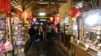 Di Pasar Apung kita bisa berbelanja aneka oleh-oleh baik makanan khas maupun kerajinan tangan