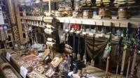 Berbagai macam kerajinan tangan dan suvenir yang ditawarkan di Pasar Apung