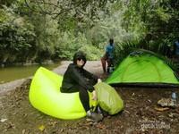 Wisman melakukan camping di Kalibiru