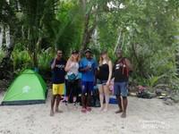 Saat camping, wisatawan didampingi pemandu wisata lokal