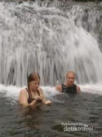 Air terjun menjadi salah satu lokasi yang dikunjungi saat kegiatan Camping