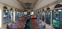 Desain interior bus dengan kursi duduk terbuat dari kayu dan workmanship yang memiliki nilai seni.