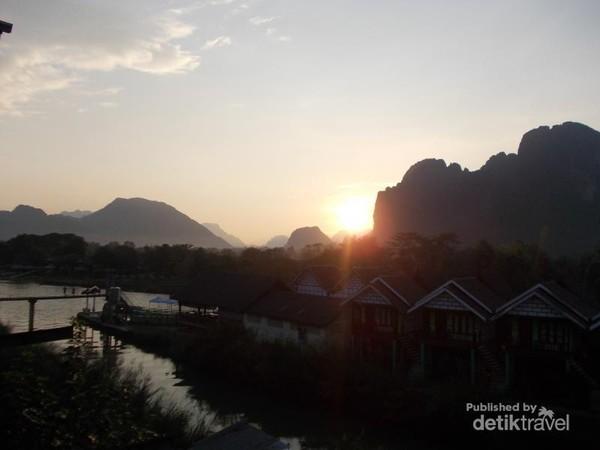 Menjelang senja di tepian sungai Nam Song.