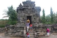 Candi ini terdiri dari beberapa bagian dan menurut perkiraan candi ini dibangun pada abad ke-8 pada zaman Kerajaan Mataram Kuno.