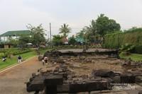Di sebelah kiri bangunan utama terdapat tumpukan batu yang masih merupakan bagian dari candi.