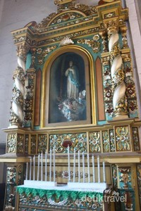Berbagai ragam patung dengan hiasan terletak di sisi kanan dan kiri gereja.