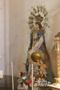 Saat sedang tidak ada kegiatan pengunjung dapat berdoa dengan tenang di sini.