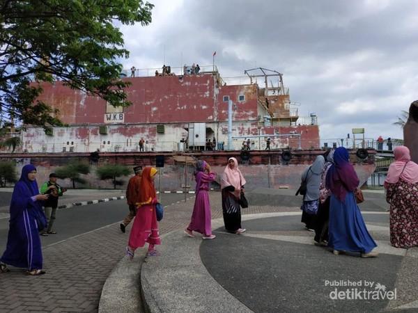 Wisatawan asal Malaysia di halaman lokasi wisata PLTD Apung.