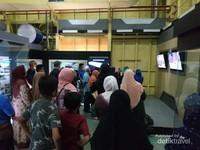 wisatawan Malaysia dan lokal di dalam lokasi wisata PLTD Apung