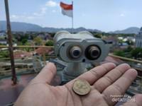 Uang Rp 500 lama bisa digunakan untuk menggunakan teropong di atas kapal PLTD Apung ini.