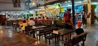Salah satu tempat makan-minum di Chatsila night market. Tampak beberapa pengunjung sudah mulai memesan makanan-minuman mereka.