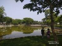 Teduhnya tepian danau walaupun suasana panas terik.
