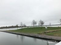 Tampak danau buatan di sekitar taman yang sepi