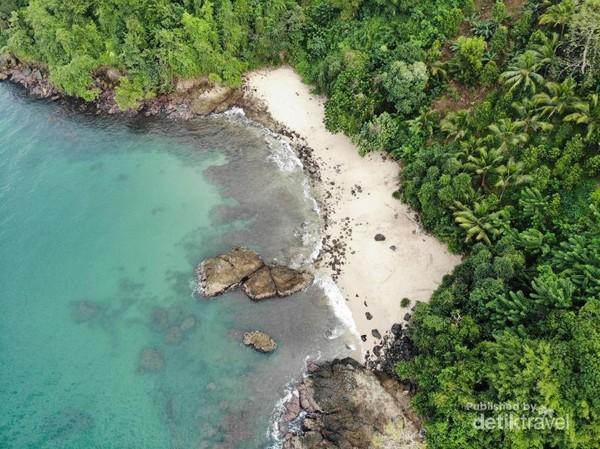 Biru laut dan pasir putihnya begitu menggoda