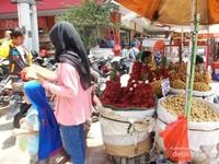 Pedagang buah buahan yang menjajakan dagangannya tidak jauh dari pintu gerbang pasar.