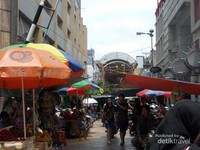 Pengunjung masih memadati pasar walaupun panas terik Jakarta menyengat.