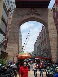 Saya pun ingin berfoto di depan pintu gerbang pasar yang unik ini.