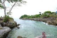 Laut dangkal langsung berbatasan dengan terjal tebing tebing membuat pemandangan semakin eksotis