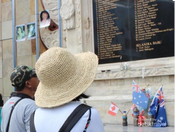 Turis yang sedang berkunjung ke Bali