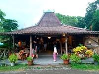 Bagian depan Cengkir resto yang bernuansa Jawa