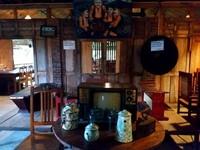 Interior ruangan dengan dinding-dinding dan perabot dari kayu