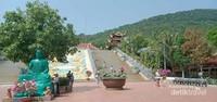 Sebuah Patung Budha yang terletak di halaman sebelum tangga menuju puncak.