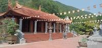 Sebuah tempat ibadah setelah kita melewati tangga masuk ke kuil utama.
