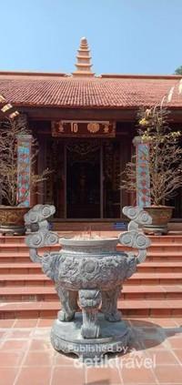 Sebuah tempat dupa berada di latar kuil.