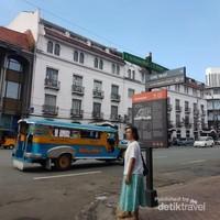 Sebuah jeepney melintas di kawasan Intramuros.