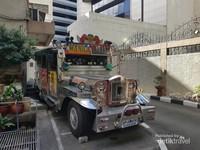 Jeepney yang terdapat di bagian luar Kedutaan Besar Republik Indonesia.