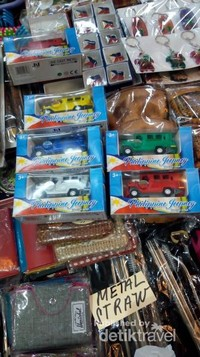 Aneka warna jeepney juga tersedia di Grrenhills shoping centre.