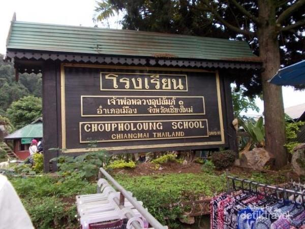 Sebuah papan nama sekolah Choupholong School.