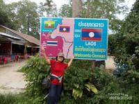 Papan yang menyambut kedatangan pengunjung dan menunjukkan bahwa wilayah ini berbatasan dengan Myanmar dan Thailand.
