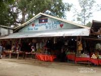 Kedai souvenir dengan bangunan yang sederhana.