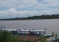 Perahu yang digunakan oleh pengunjung untuk sampai di Don sao dari Golden triangle Thailand