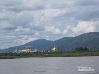 Ketika perahu meninggalkan Don sao, kita dapat melihat dari kejauan LAO VEGAS, konon adalah Casino terbesar di Laos.