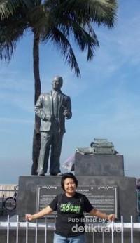 Sebuah patung salah seorang pahlawan di sepanjang jalan setapak kawasan Manila Bay.