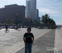 Roxas Boulevard pun masih sepi.