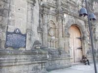Tidak jauh di seberang jalan sana, berdiri sebuah gereja tua yang kokoh, Church of Malate.