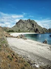 Keindahan alam pulau padar. Laut biru dan pemandangan langitnya sungguh mempesona