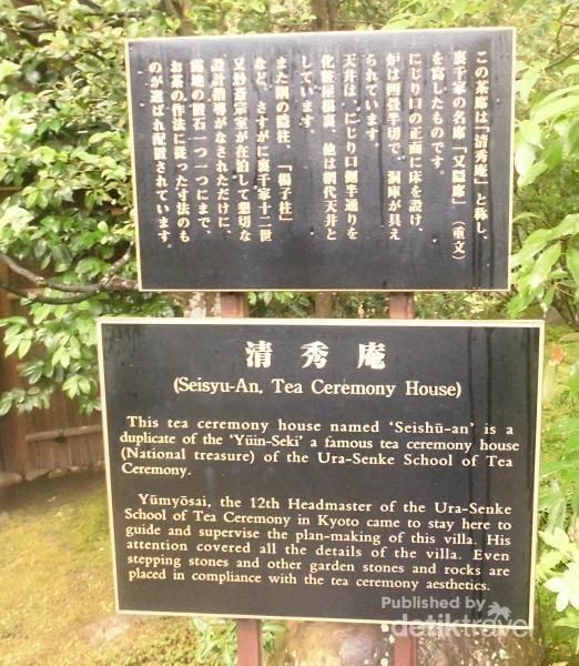 Sebuah papan petunjuk mengenai tea house yang ada di Issuen Garden.