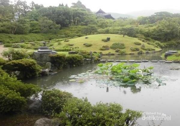 Sebuah danau di tengan Issuen garden.