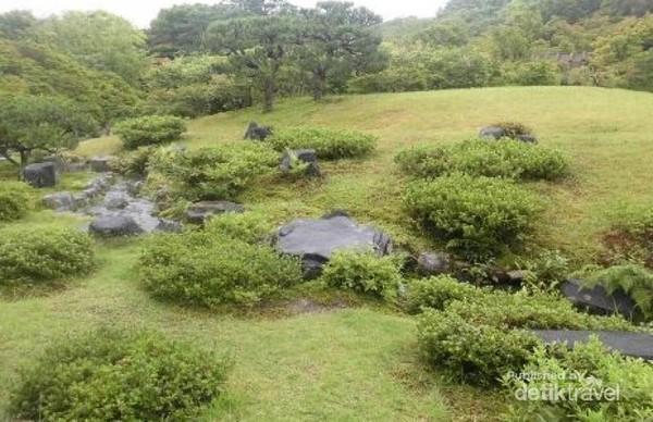 Paduan antara bebatuan yang ditata rapi dengan pepohonan hijau menambah keindahan Issuen Garden.