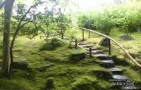 Tangga dan jalan setapak yang disusun dari batu menuntun kita menikmati Issuen Garden.