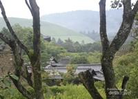 Pemandangan pegunungan dan atap-atap rumah penduduk yang bisa dilihat dari Issuen Garden.