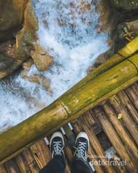 Foto di atas jembatan bambu