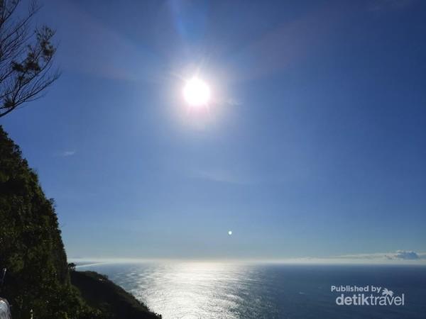 Selamat menikmati keindahan Samudra Hindia dari Bukit Jerit