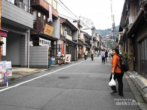 Jalan menuju Kuil Kiyomizudera.