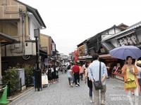 Foto pengunjung yang sudah mulai ramai sambil melirik toko-toko souvernir sepanjang jalan menuju kuil.